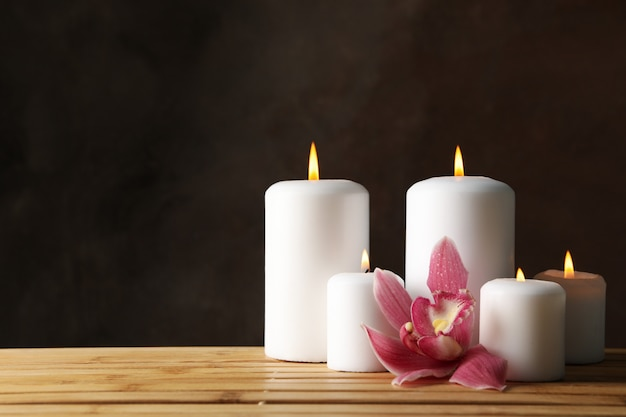 Velas e orquídea na mesa de bambu. conceito zen