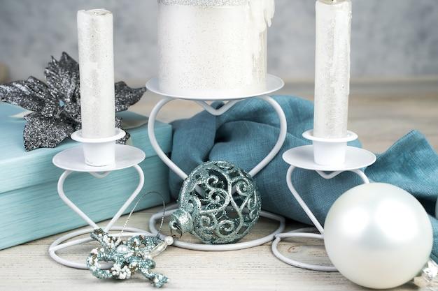 Velas em castiçais e decorações de natal