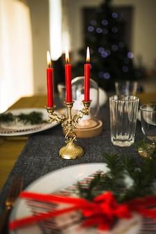 Velas flamejantes no castiçal na mesa