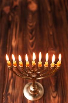 Velas judaicas de close-up em uma tabela