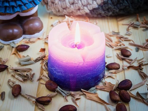 Velas na mesa, madeira. quando o inverno todo mundo precisa de calor.