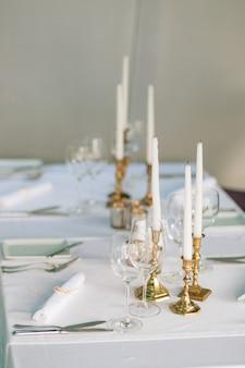 Velas na mesa no cenário da mesa do restaurante em um café