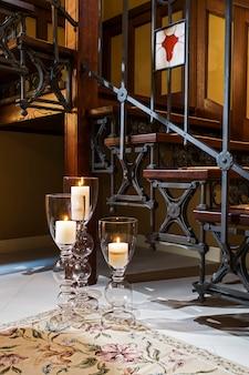 Velas nas lâmpadas perto dos degraus de madeira