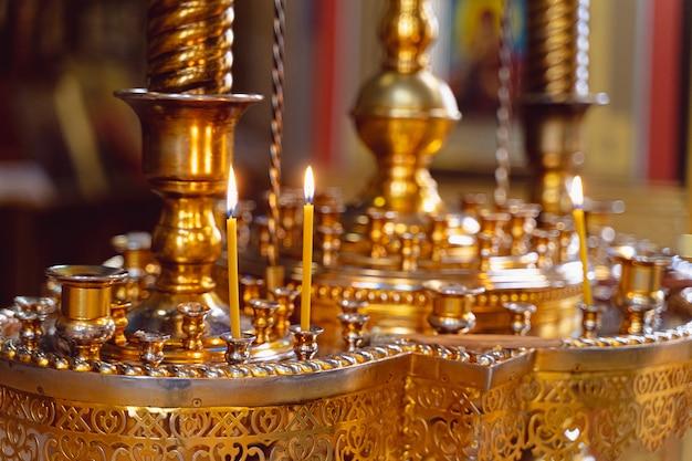Velas no castiçal no templo
