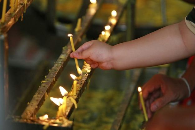 Velas no templo, o budismo