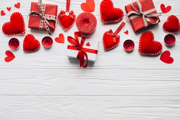 Velas perto de presentes e coração