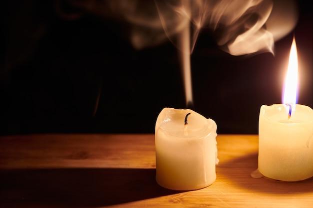 Velas queimando e apagadas na mesa de madeira