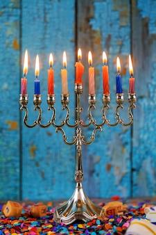 Velas tradicionais de hanukkah prateadas todas as velas acesas na menorah