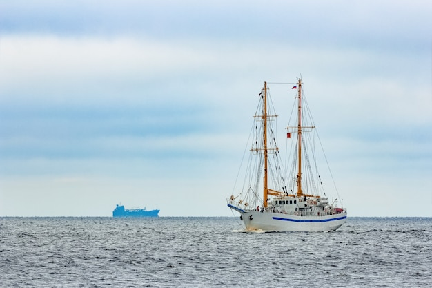 Veleiro branco vindo do mar báltico, europa