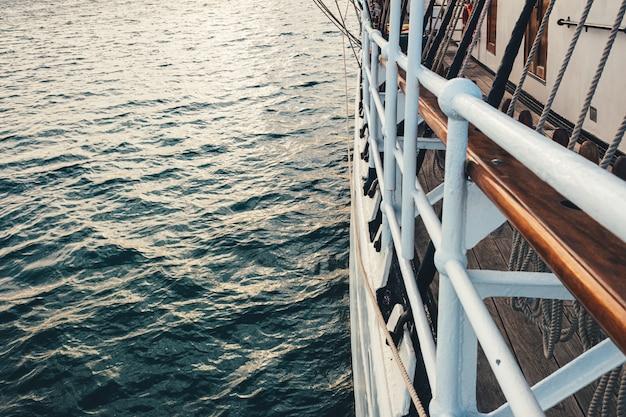 Veleiro clássico ancorado ao porto em um belo pôr do sol.