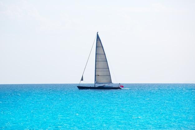 Veleiro, velejando, em, ilhas baleares, turquesa, mediterrâneo