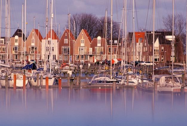 Veleiros, amarração, em, marina, porto, em, pitoresco, vila