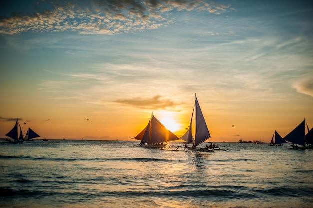 Veleiros ao pôr do sol, ilha de boracay