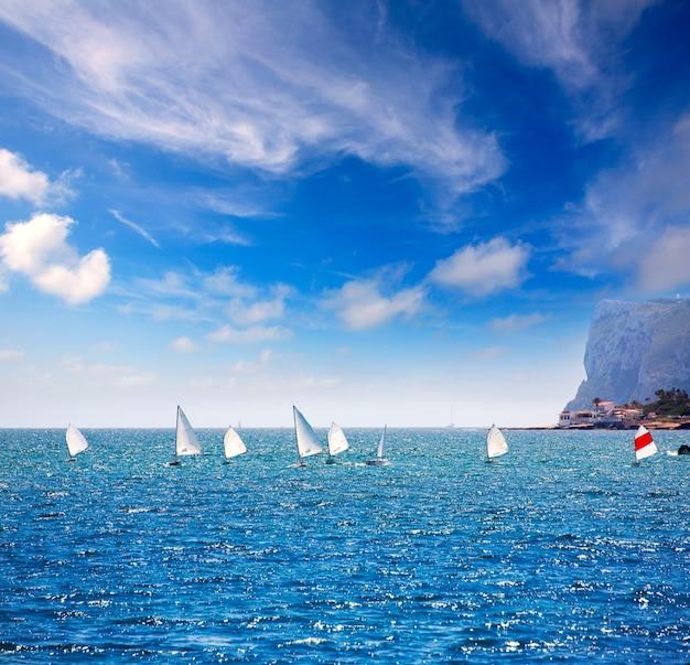 Veleiros optimist aprendendo a navegar no mediterrâneo em denia