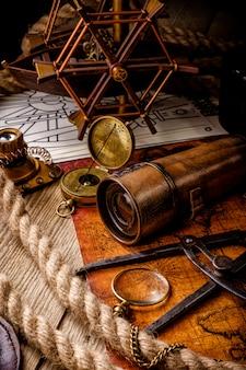 Velha bússola retrô vintage e luneta no mapa do mundo antigo