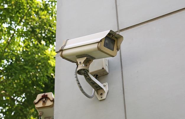 Velha câmera de cctv na parede