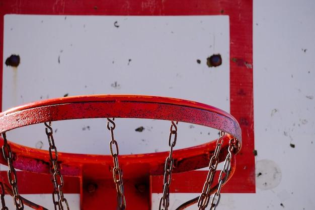 Velha cesta de basquete na rua