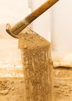 Velha enxada cavando no chão