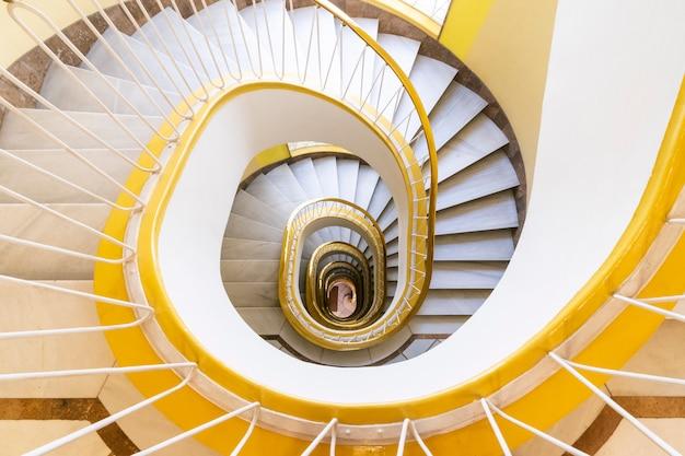 Velha escada em espiral como caracol