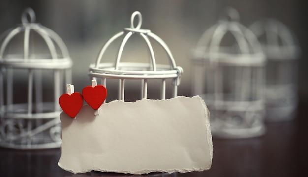 Velha folha de papel branca notas de amor e formato de coração