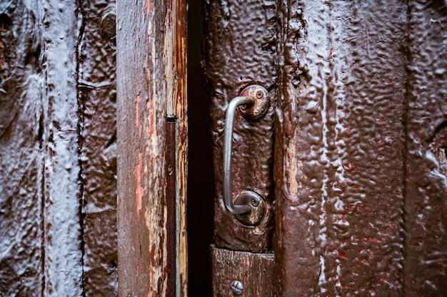 Velha maçaneta e porta de metal enferrujado