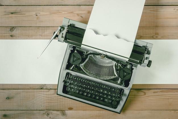 Velha máquina de escrever com papel