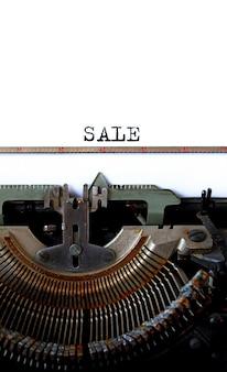 Velha máquina de escrever com texto venda