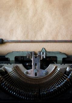 Velha máquina de escrever em papel vintage
