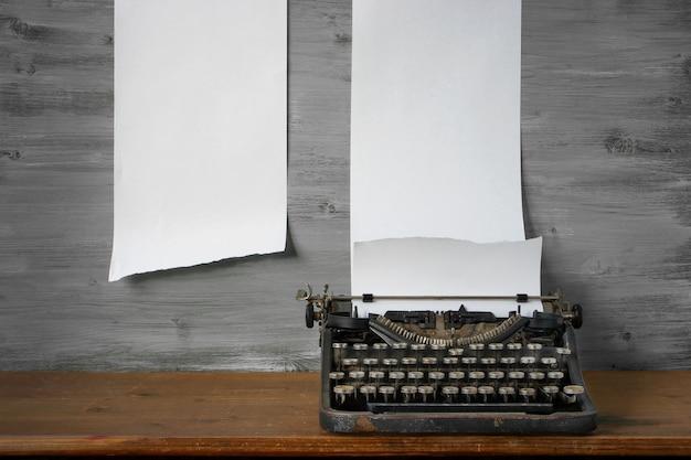 Velha máquina de escrever está sobre a mesa
