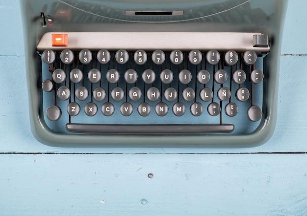 Velha máquina de escrever na mesa de madeira
