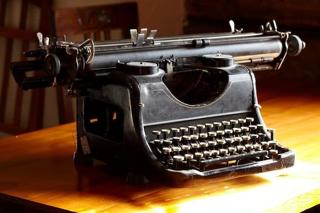 Velha máquina de escrever preta vintage