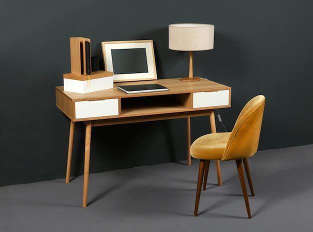 Velha mesa vintage com candeeiro de mesa e cadeira