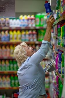 Velha mulher às compras no supermercado