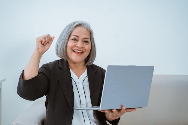 Velha mulher asiática madura bonita fazendo negócios