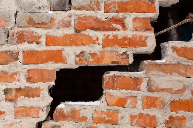 Velha parede de tijolos, com uma grande oportunidade. destruição do muro