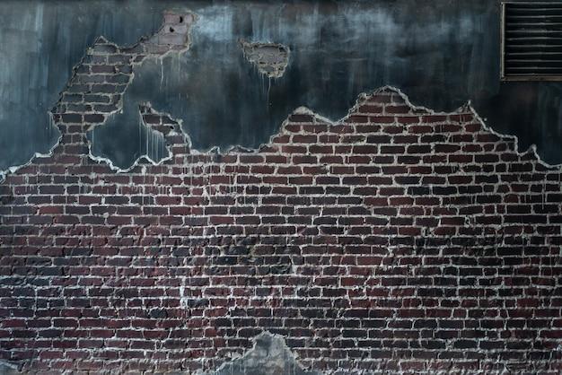 Velha parede de tijolos de concreto rachado