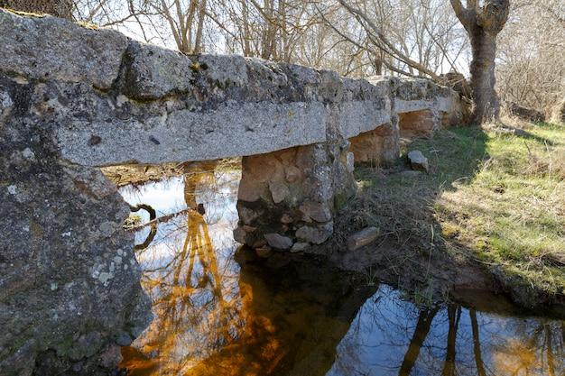 Velha ponte de pedra sobre um rio