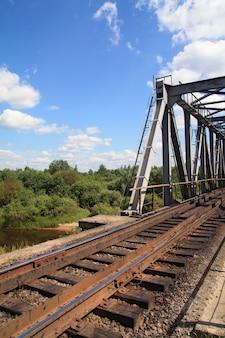 Velha ponte ferroviária através do rio pequeno