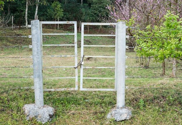 Velha porta de metal
