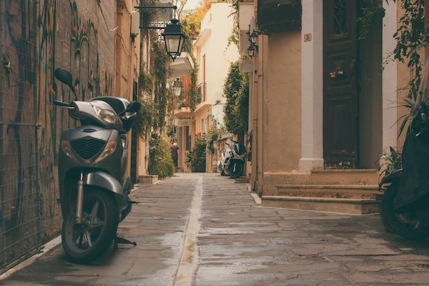 Velha scooter estacionada e uma porta da frente do vintage da parte antiga da cidade de rethymnon cidade.