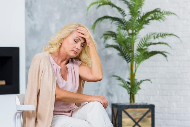 Velha senhora com dor de cabeça