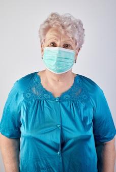 Velha senhora usando máscara de proteção. conceito covid-19.