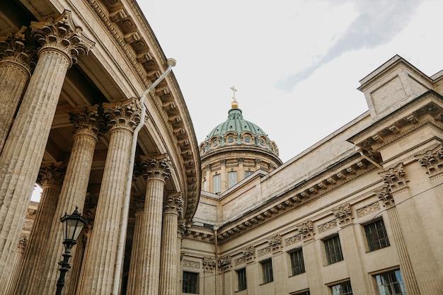 Velhas colunas da catedral de kazan em são petersburgo. são petersburgo, rússia