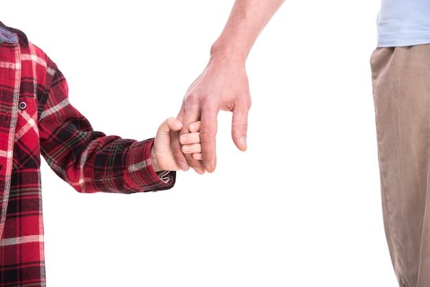 Velhas e jovens mãos de pai e filho.