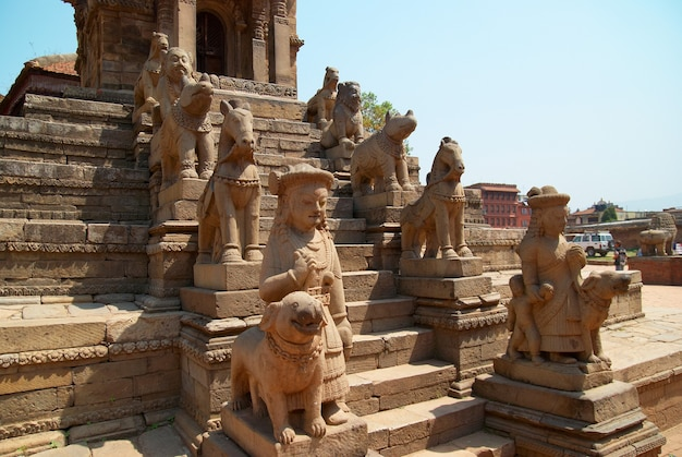 Velhas estátuas budistas na praça bhaktapur. kathmandu, nepal