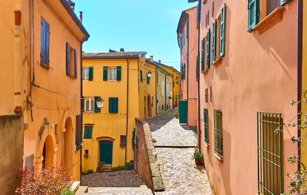 Velhas ruas na cidade de santarcangelo di romagna em um dia ensolarado de verão, emilia-romagna, itália