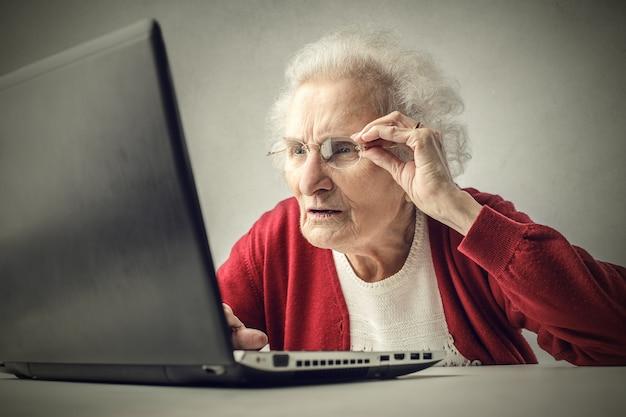 Velhinha com laptop