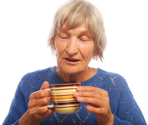 Velhinha feliz com café