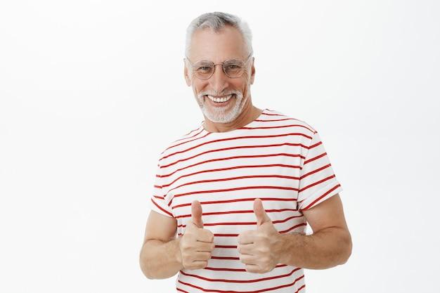 Velho barbudo com camiseta listrada