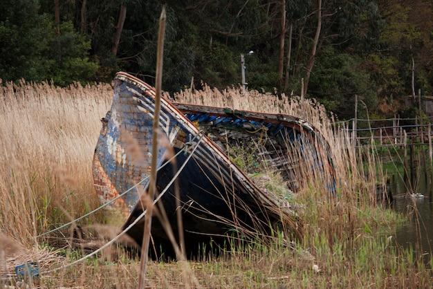 Velho barco abandonado